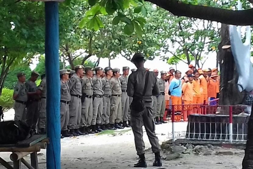 Puluhan personel Pol PP dan pasukan oranye saat persiapan penggusuran sejumlah lahan di Pulau Pari, Senin (5/9).