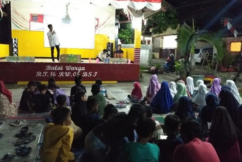 Puluhan warga Perumahan Bukit Sawangan Indah, Bojongsari, Depok menggelar nonton bareng film bertema hijrah menyambut Tahun Baru Islam 1 Muharram 1439 H, Jumat (22/9)