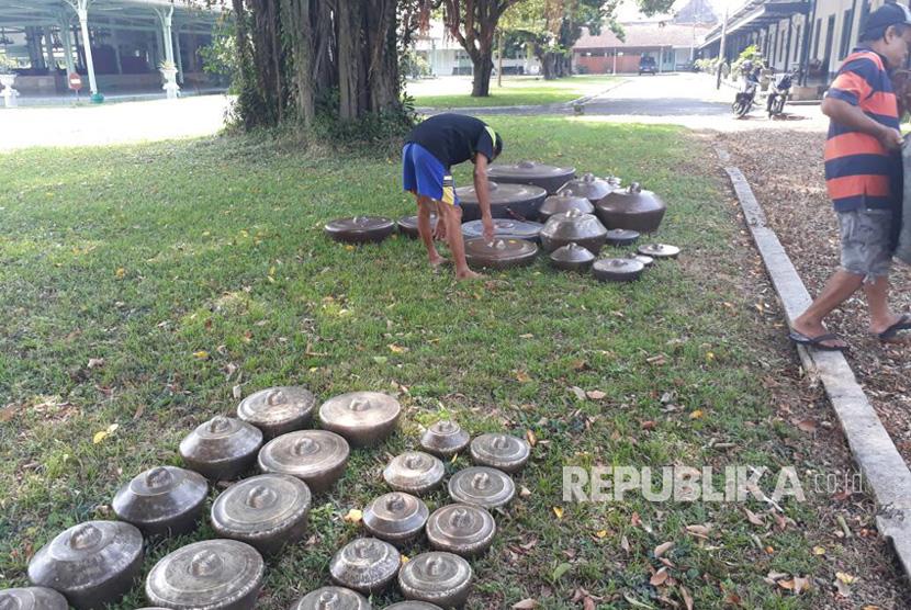 Pura Mangkunegaraan memulai Jamasan Gongso, yakni sebuah tradisi tahunan membersihkan gamelan-gamelan bersejarah. Jamasan, dilakukkan di taman bagian dalam pura Mangkunegaraan pada Rabu (14/6) siang.