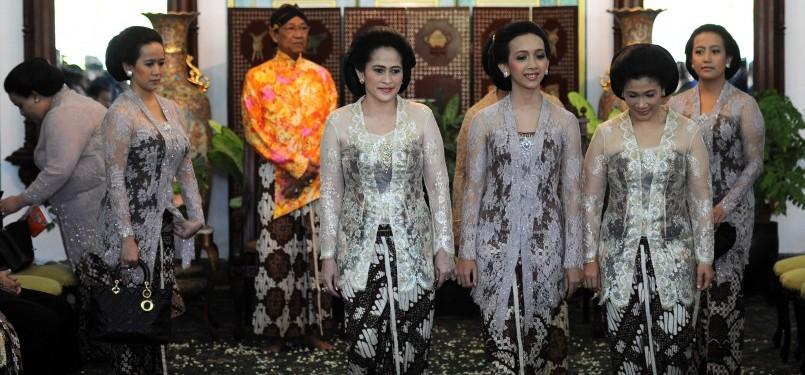 Putri bungsu Sri Sultan Hamengku Buwono X, GKR Bendara (ketiga kanan) diapit kerabat untuk memulai prosesi pingitan di Bangsal Sekar Kedaton, Kompleks Kraton Yogyakarta, Yogyakarta, Ahad (16/10).
