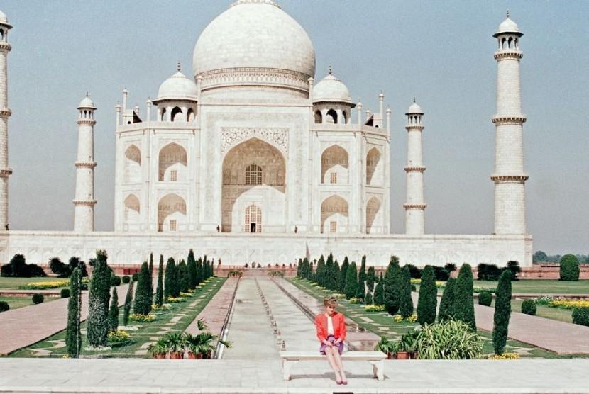Mendiang Putri Diana berposes di depan Taj Mahal ketika berkunjung ke India.
