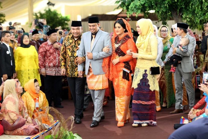 Putri Presiden Joko Widodo, Kahiyang Ayu (depan, kedua kanan) bersama suaminya Bobby Afif Nasution mengikuti ritual adat Mangalo-alo Mora pada ngunduh mantu resepsi pernikahannya di Medan, Sumatera Utara, Jumat (24/11).