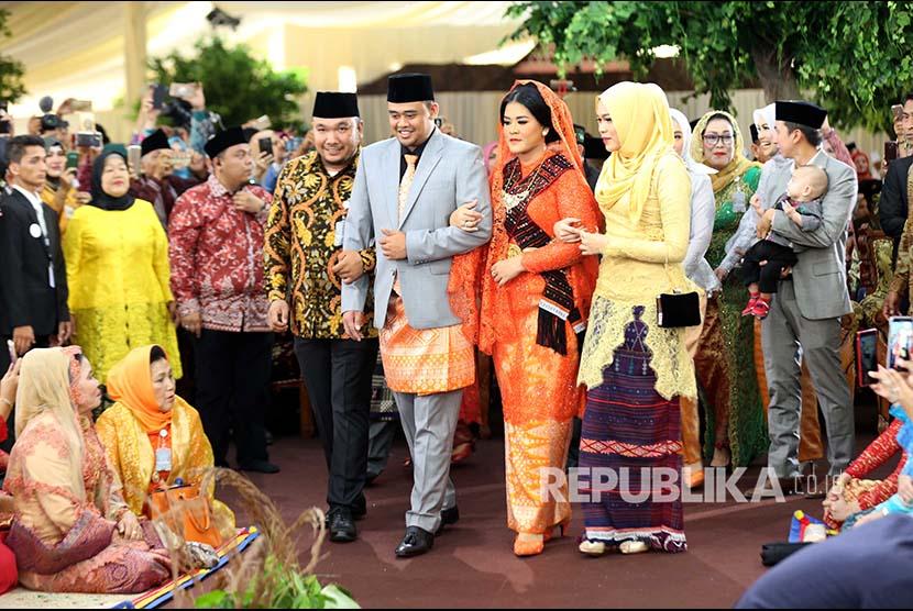 Putri Presiden Joko Widodo, Kahiyang Ayu (depan, kedua kanan) bersama suaminya Bobby Afif Nasution mengikuti ritual adat