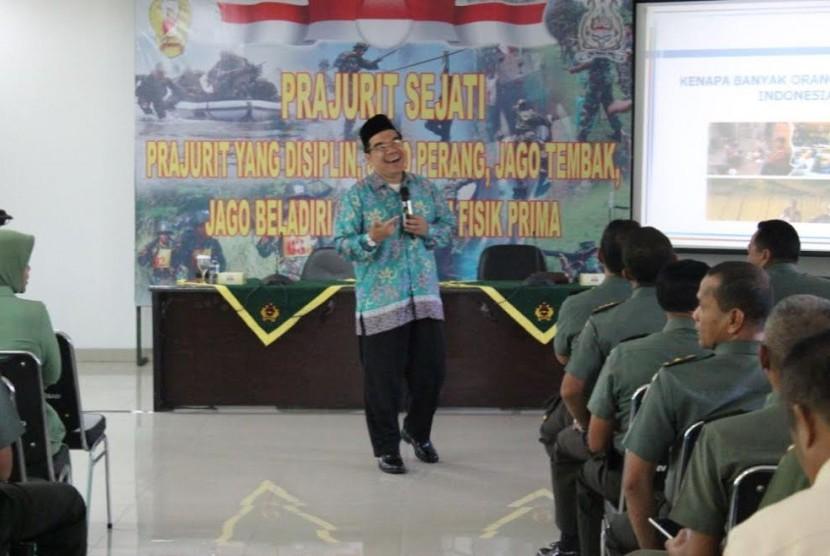 Raden Ridwan Hasan Saputra selaku pendiri Klinik Pendidikan MIPA Bogor, menjadi narasumber dalam seminar Berpikir Supra Rasional, Kamis (6/7).