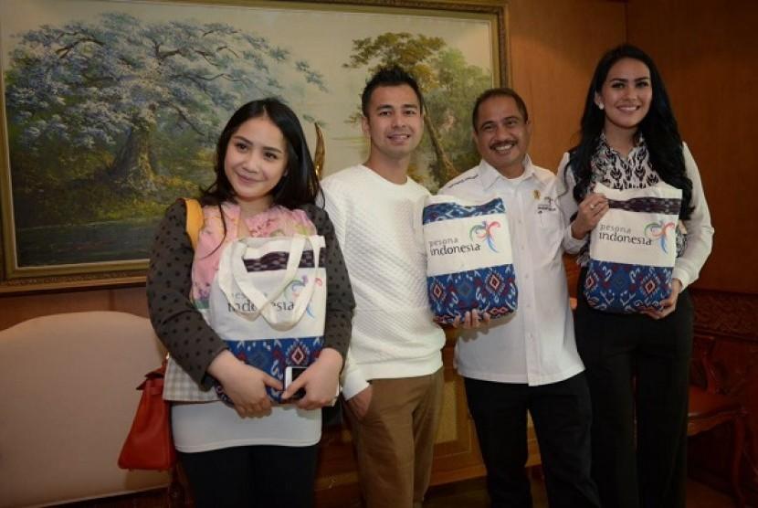 Kartika Putri (kanan) bersama rekan selebritas lain.