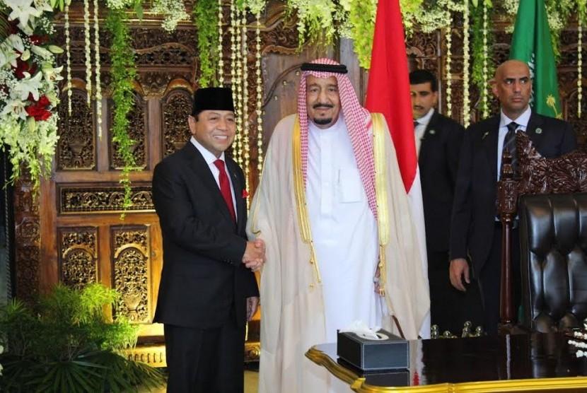 Raja Salman berfoto bersama pimpinan DPR.
