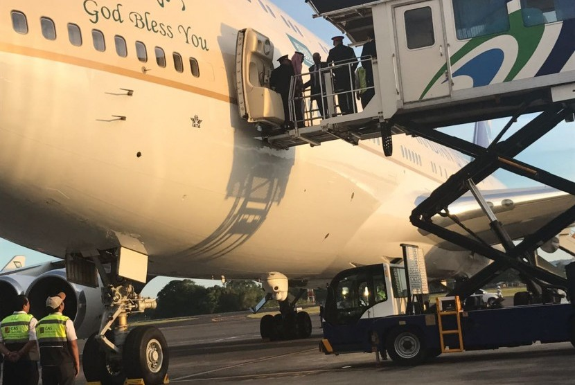 Raja Salman come out of his plane in Bali.