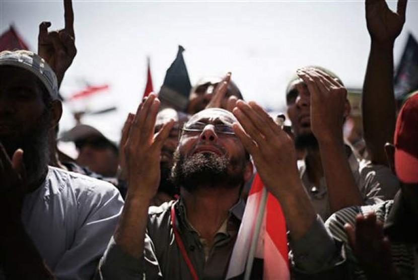 Rakyat Mesir bersyukur atas kemenangan Mohammed Mursi dalam pemilihan presiden Mesir. Mereka berkumpul di Bundaran Tahrir, Kairo, Mesir, Ahad (24/6).