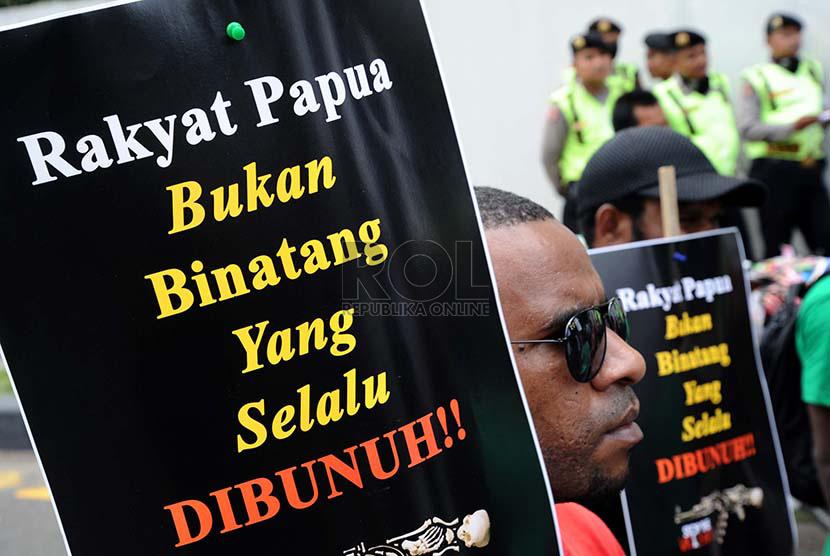 Rakyat Papua Demonstran dari Koalisi Peduli HAM Papua melakukan aksi damai di kawasan Bundaran HI, Jakarta, Senin (15/12).