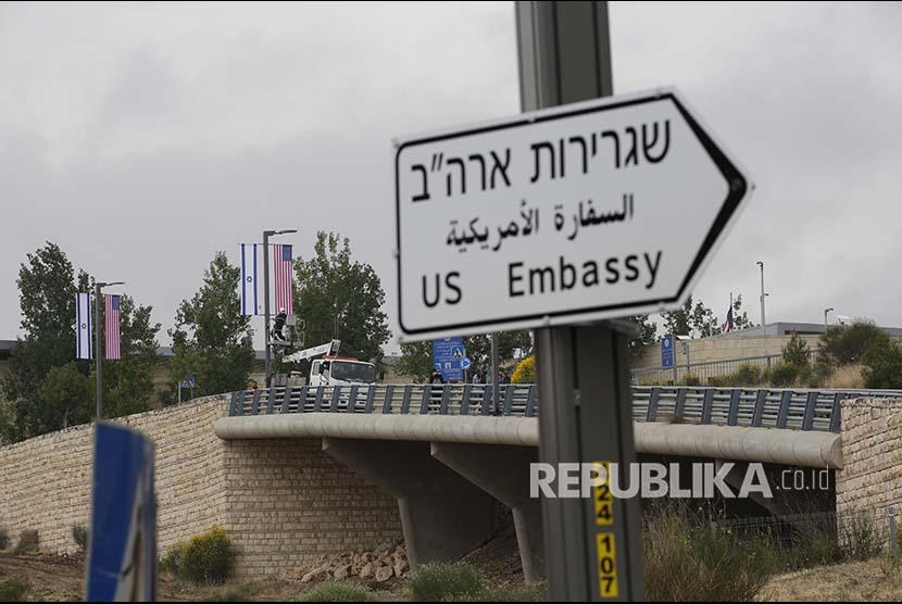 Rambu baru terpasang menunjukan arah menuju Kedutaan Besar AS di Kawasan Jerusalem Palestina, Senin (7/5)