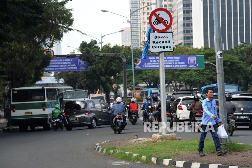 Rambu-rambu lalu lintas larangan kendaraan bermotor sudah terpasang di Jalan Jenderal Sudirman, Jakarta, Kamis (28/4). (Republika/Yasin Habibi)