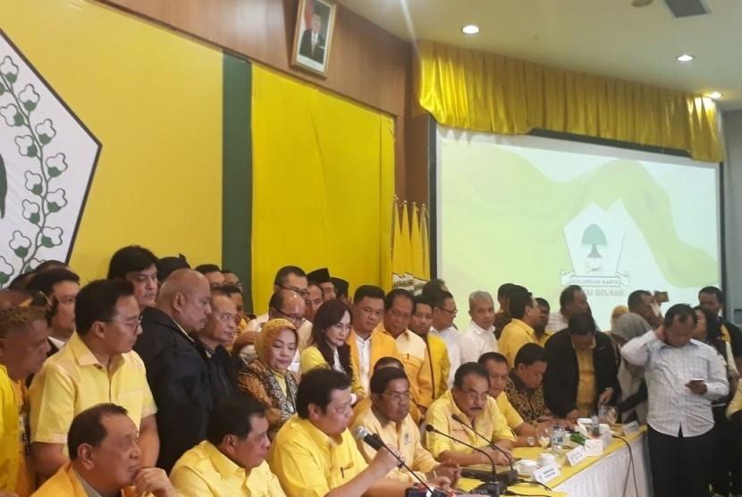 Rapat pleno DPP Partai Golkar memutuskan Airlangga Hartanto sebagai Ketua Umum Partai Golkar definitif menggantikan Setya Novanto di Kantor DPP Golkar, Slipi, Jakarta, pada Rabu (13/12).