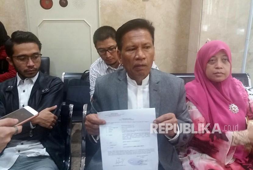 Ratih Puspa Nusanti (kanan) didampingi kuasa hukumnya, Damai Hari Lubis melaporkan sebuah akun Facebook ke Bareskrim Polri lantaran dinilai menghina Rizieq Shihab. Selasa (21/11).