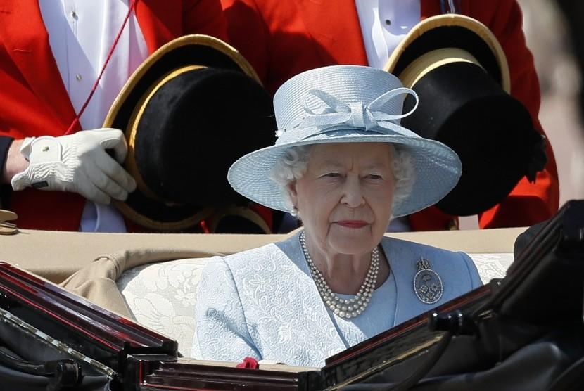 Ratu Inggris, Elizabeth II, meninggalkan Istana Buckingham untuk menghadiri parade Trooping of Colour yang digelar tiap tahun untuk memperingati hari ulang tahun ratu.
