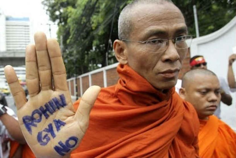 Ratusan Biksu Buddha Myanmar menggelar demontrasi menolak keberadaan Muslim Rohingya. (ilustrasi).