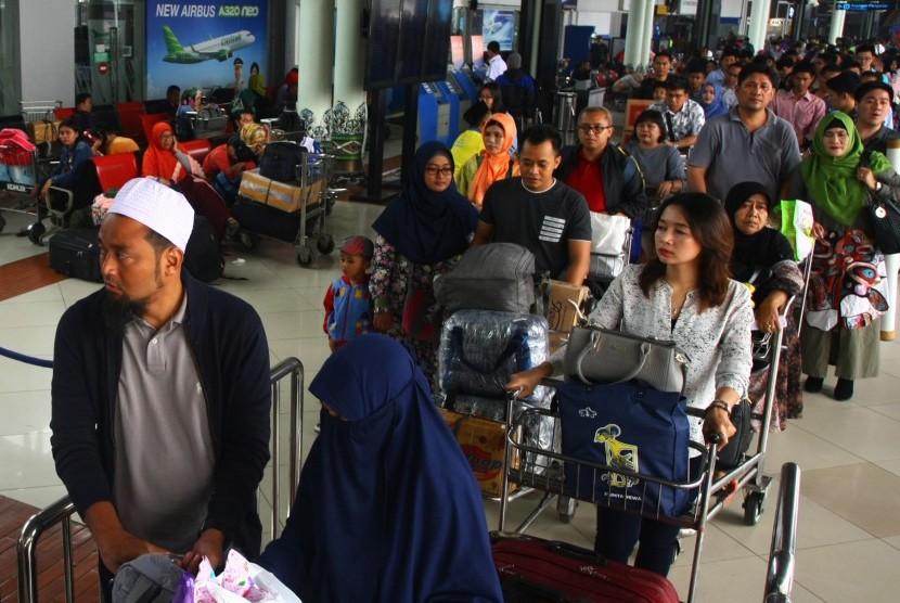 Ratusan calon penumpang mengantre masuk ke dalam Terminal Keberangkatan 1 C, Bandara Soekarno Hatta, Tangerang, Banten, Kamis (22/6).