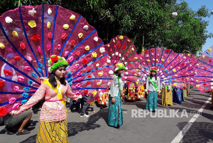 Ratusan Gadis Ngarot memeriahkan Tjimanoek Karnival dalam rangkaian HUT Kabupaten Indramayu ke-490, Ahad (8/10). Ngarot merupakan tradisi khas dari Kabupaten Indramayu.