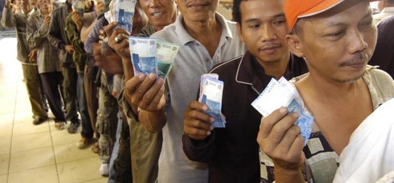Ratusan pemudik antri untuk mendapatkan tiket kereta api saat menyambut Idul Fitri tahun lalu di Stasiun Pasar Senen, Jakarta.