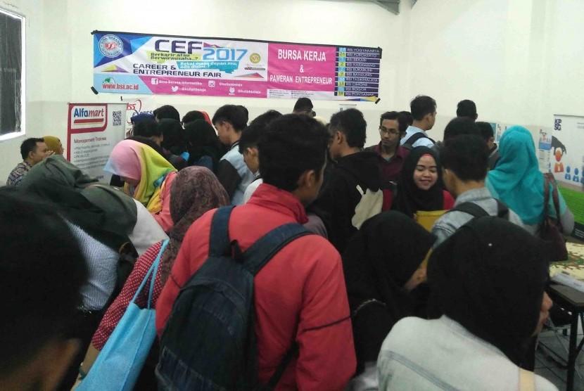 Ratusan pencari kerja memenuhi stan lowongan pekerjaan di bursa kerja AMIK BSI Bogor.