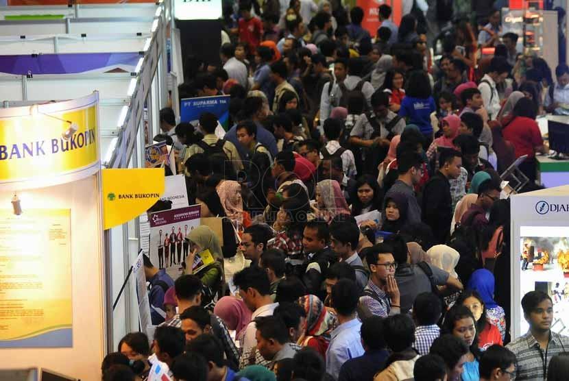 Ratusan pencari kerja mencari informasi lowongan pekerjaan di salah satu stand perusahaan pada acara Bursa Kerja di Istora Senayan Jakarta ,Selasa(23/9).(Republika/Prayogi).