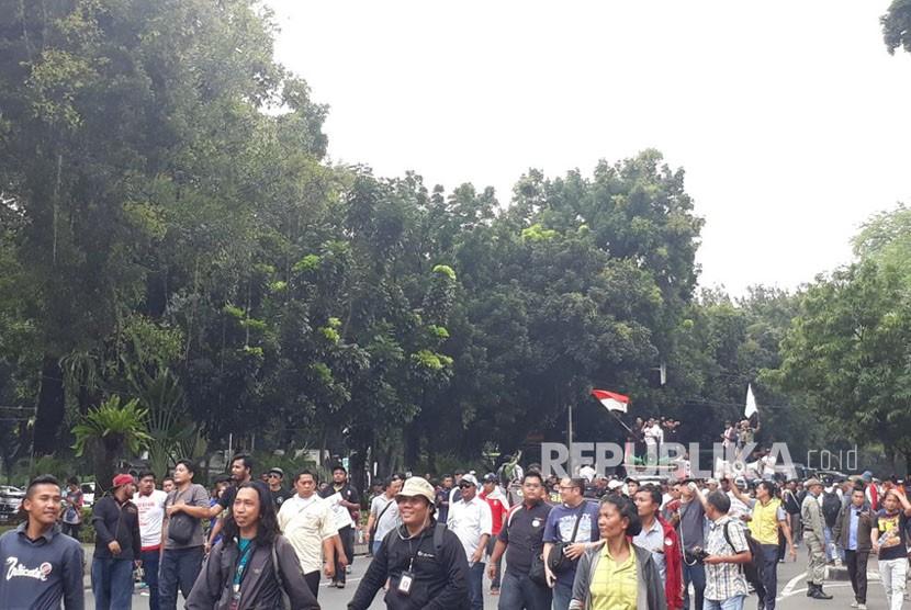 Ratusan Pengemudi Taksi Daring dari berbagai kelompok mulai mendatangai Kementerian Perhubungan (Kemenhub) untuk melakukan aksi demo menolak PM 108 Tahun 2017, Senin (29/1).