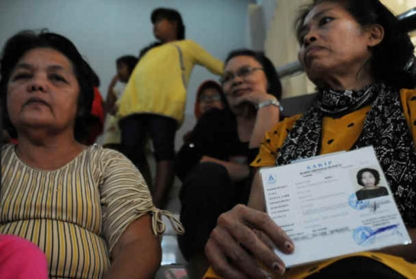 Ratusan pensiunan antri untuk mengambil tunjangan pensiun di Bank BTPN Depok, Jalan Raya Margonda, Depok, Jawa Barat. (ilustrasi)