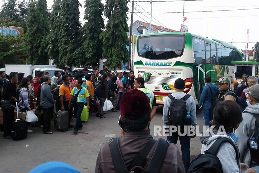 Ratusan penumpang KA 2 (Argo Anggrek tujuan Surabayaturi) diangkut menggunakan bus dari Stasiun Cirebon, Jumat (13/2) siang. Hal itu dilakukan setelah jalur kereta tak bisa dilalui akibat banjir luapan sungai Cisanggarung.