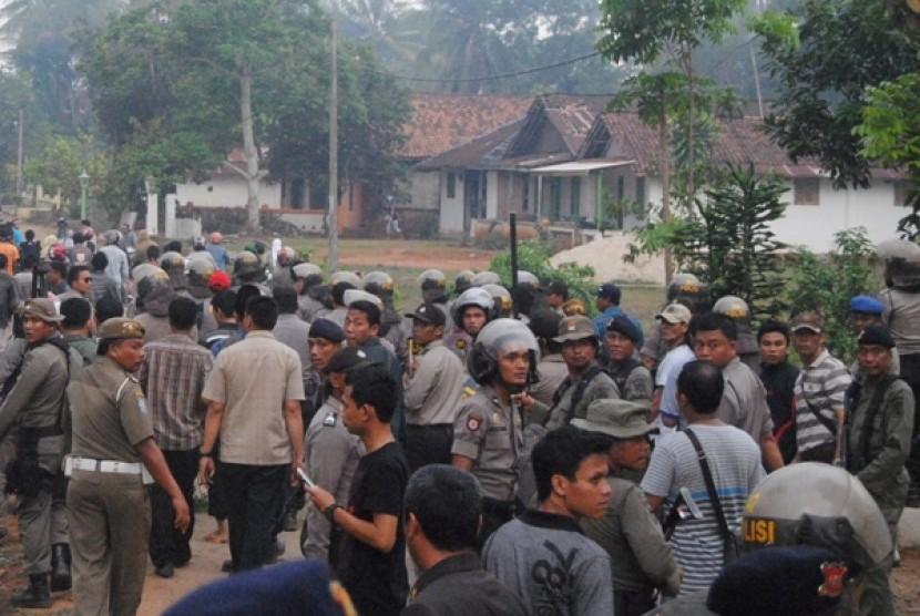 Ratusan petugas kepolisian dan TNI dikerahkan setelah terjadi bentrokan antar warga di Kampung Bekri, Lamteng, Kamis (8/11). Bentrok antar kampung itu menyebabkan sejumlah rumah terbakar..