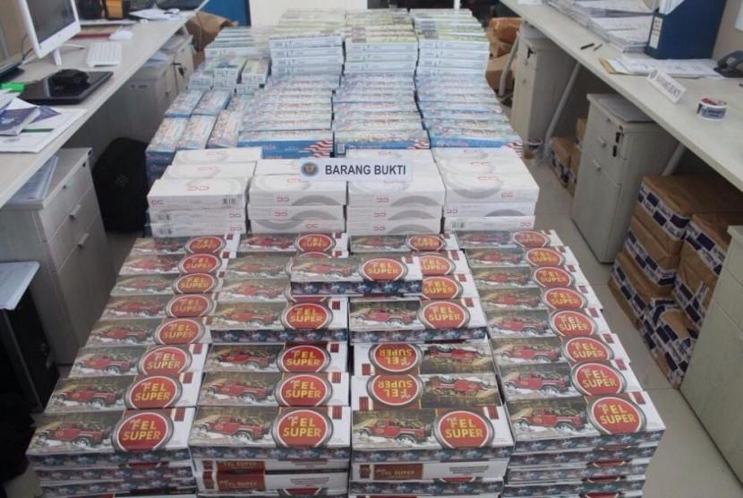 Ratusan ribu batang rokok polos yang disita Bea Cukai Cirebon.