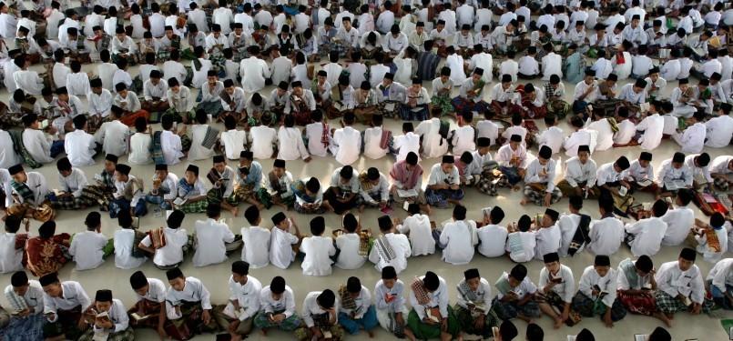 Ratusan santri Pesantren Ar-Raudhatul Hasanah mambaca Alquran usai menunaikan Shalat Ashar di Medan, Jumat (5/8). Kegiatan yang diikuti sedikitnya 2.000 santri ini merupakan kegiatan rutin bulan Ramadhan.