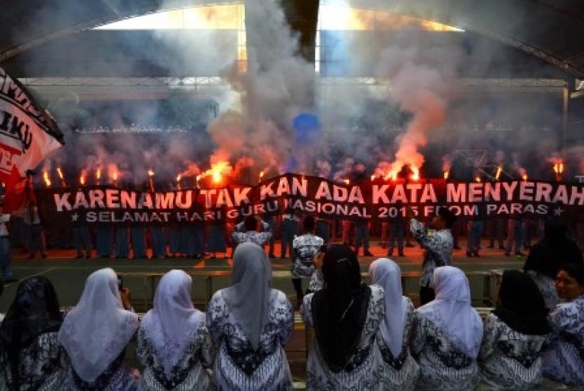 Ratusan siswa membentangkan spanduk Selamat Hari Guru sambil menyanyikan lagu Hymne Guru saat memperingati Hari Guru di SMA 1 Kudus, Jawa Tengah, Rabu (25/11).