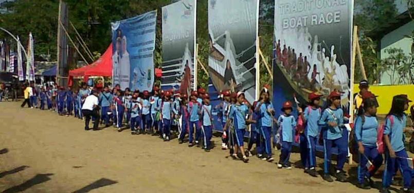 Ratusan siswa mendatangi Danau Cipule untuk memberikan dukungan kepada tim kano Indonesia.