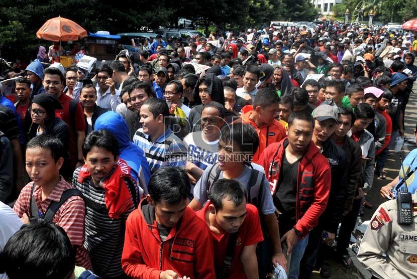 Ratusan suporter timnas Indonesia rela mengantre tiket pertandingan Indonesia melawan Arab Saudi di Gelora Bung Karno,Jakarta,Sabtu (23/3).  (Republika/Prayogi)