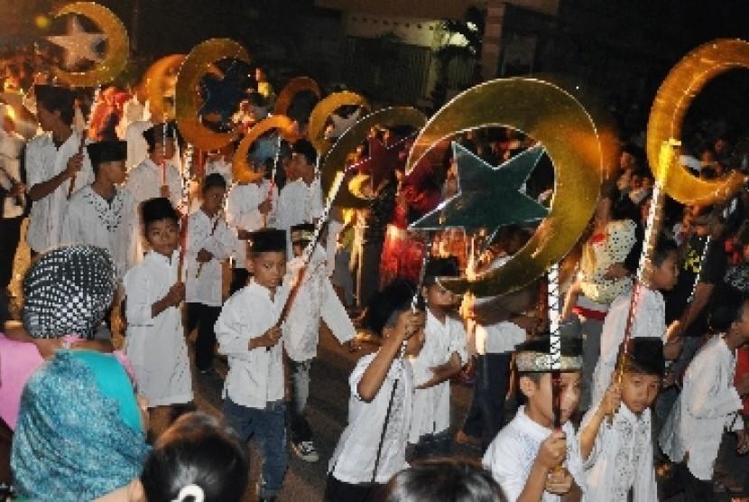 Ratusan umat Islam melakukan pawai takbiran di jalan-jalan protokol di Mataram, NTB dalam rangka menyambut hari raya Idul Fitri 1438 H (Ilustrasi)