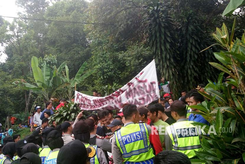 Ratusan warga 'mengontrog' Pondok Pesantren Ibnu Mas'ud, Desa Sukajaya, Kecamatan Tamansari, Kabupaten Bogor pada Senin (18/9). Warga menuntut agar Ponpes yang ditengarai terhubung dengan ISIS dan gerakan Islam radikal tersebut ditutup.