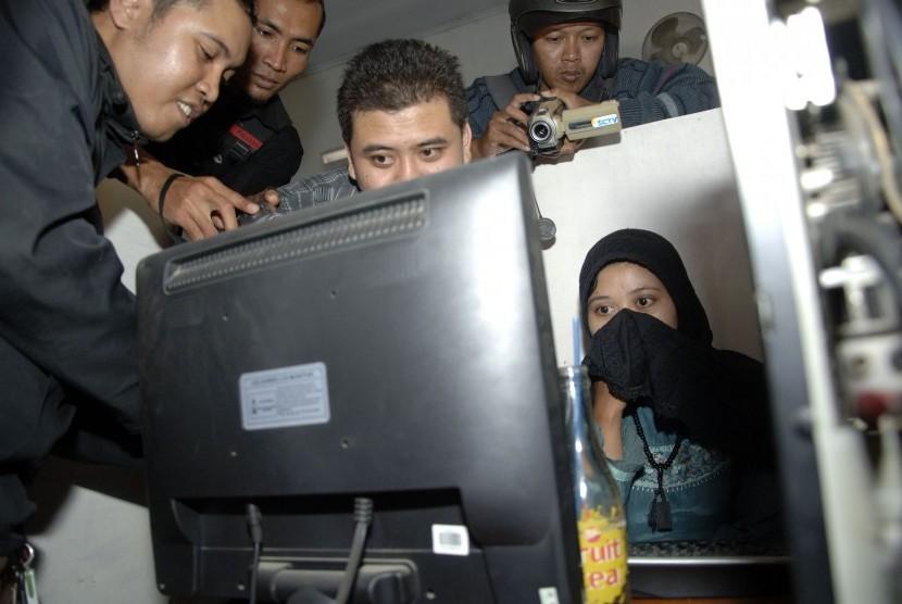RAZIA SITUS RADIKAL. Anggota Polres Kediri memeriksa sebuah komputer yang kedapatan membuka sebuah situs Islam radikal di warnet, dalam sebuah razia di Pare, Kediri, Jawa Timur, Rabu (28/9).