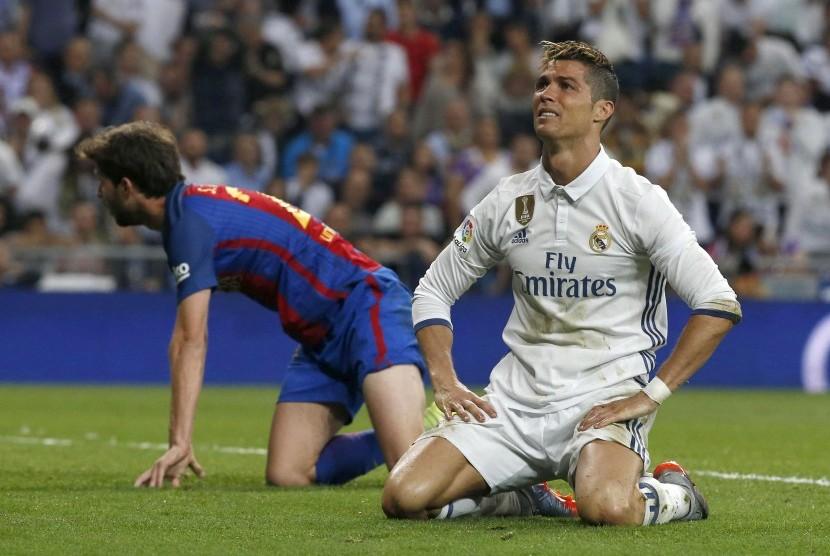 Reaksi Cristino Ronaldo pada laga el Clasico lawan Barcelona di Santiago Bernabeu, Senin (24/4) dini hari WIB.