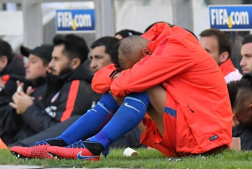 Reaksi gelandang timnas Cile, Arturo Vidal pada laga kualifikasi Piala Dunia lawan Bolivia di La Paz, Rabu (6/9). Cile kalah 0-1 pada laga ini.