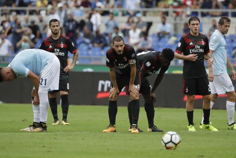 Reaksi kapten AC Milan, Leonardo Bonucci (tengah) pada laga Serie A lawan Lazio di Stadion Olimpico, Ahad (10/9). Milan kalah 1-4 pada laga ini.