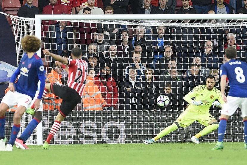 Reaksi kiper Manchester United, Sergio Romero (kedua kanan) pada laga Liga Primer lawan Southampton di Stadion St Marys, Kamis (18/5) dini hari WIB. Laga berakhir imbang tanpa gol.
