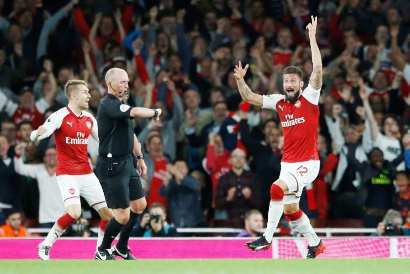 Reaksi Olivier Giroud (kanan) setelah menjebol gawang Leicester City.
