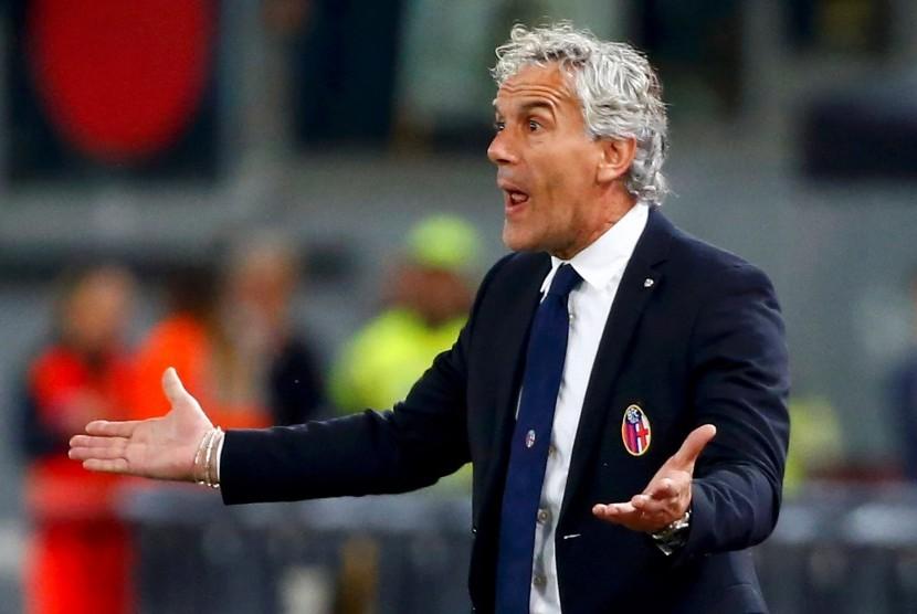 Reaksi pelatih Bologna, Roberto Donadoni pada laga Serie A lawan AS Roma di stadion Olimpico, Senin (7/11) dini hari WIB. Bologna kalah 0-3 pada laga ini.