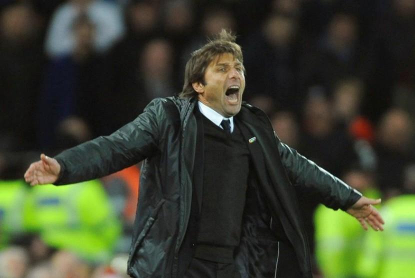 Reaksi pelatih Chelsea, Antonio Conte pada laga Liga Primer Inggris lawan Liverpool di Anfield, Ahad (26/11) dini hari WIB.