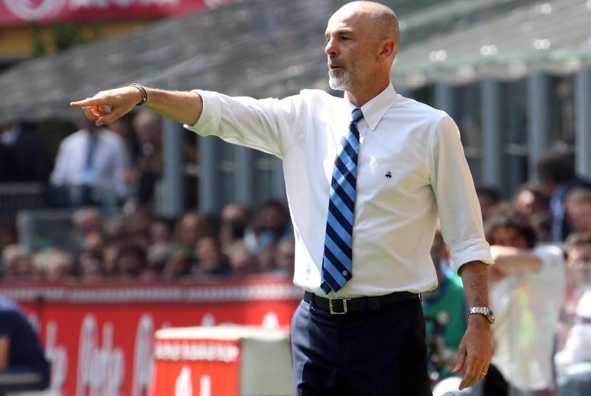 Reaksi pelatih Inter Milan, Stefano Pioli pada laga Serie A lawan AC Milan di Giuseppe Meazza, Sabtu (15/4). Laga berakhir imbang 2-2.