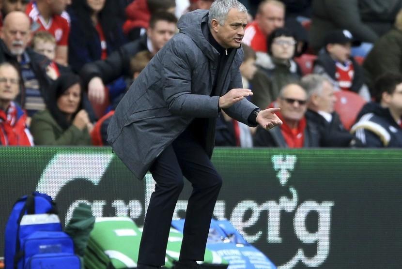 Reaksi pelatih Manchester United, Jose Mourinho pada laga Liga Primer lawan Middlesbrough di stadion Riverside, Ahad (19/3). United menang 3-1 pada laga ini.
