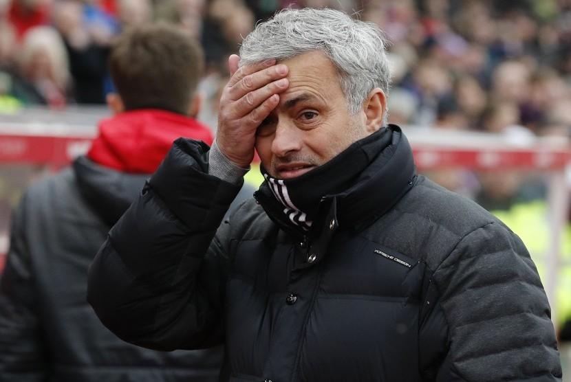 Reaksi pelatih Manchester United (MU), Jose Mourinho pada laga Liga Primer lawan Stoke City di stadion Bet365, Sabtu (21/1). Laga berakhir imbang 1-1.