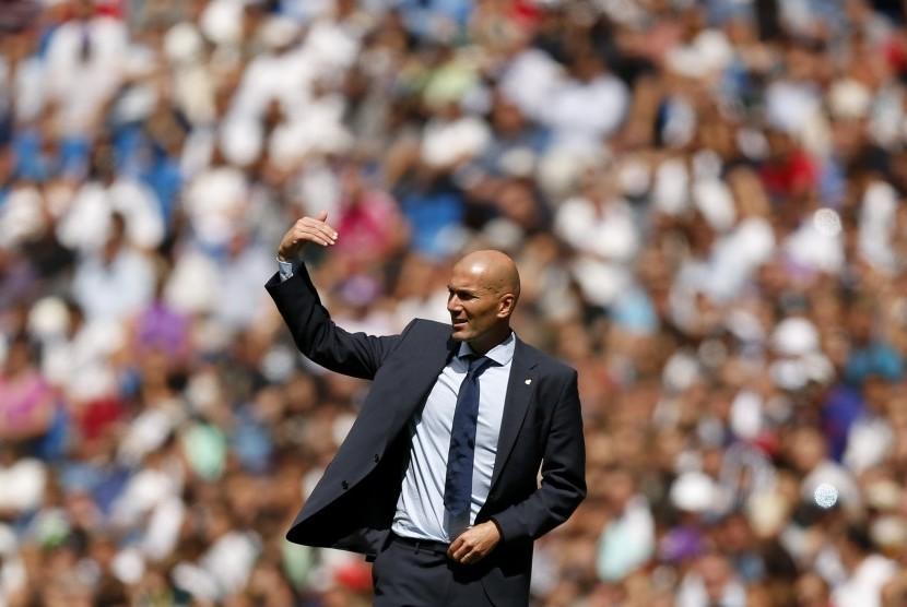 Reaksi pelatih Real Madrid, Zinedine Zidane pada laga La Liga lawan Levante di Santiago Bernabeu, Sabtu (9/9). Madrid ditahan imbang 1-1.