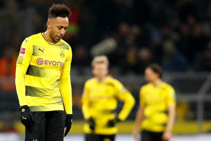 Reaksi striker Borussia Dortmund, Pierre-Emerick Aubameyang seusai laga Bundesliga kontra Werder Bremen, di Signal Iduna Park, Sabtu (9/12). Dortmund kalah 1-2.