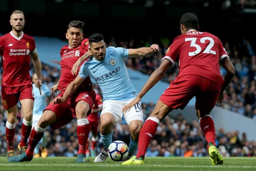 Reaksi striker Manchester City, Sergio Aguero (tengah) pada laga Liga Primer lawan Liverpool di Stadion Etihad, Sabtu (9/9). Aguero mencetak rekor pada laga ini.