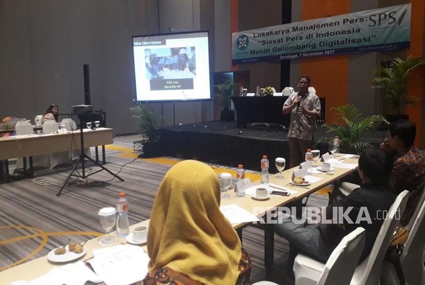 Redaktur Pelaksana Republika.co.id Elba Damhuri menjadi pembicara dalam lokakarya manajemen pers yang digelar Dewan Pers dan SPS di Hotel Harris, Jalan Bangka Nomor 08-18, Gubeng, Surabaya, Rabu (1/11).